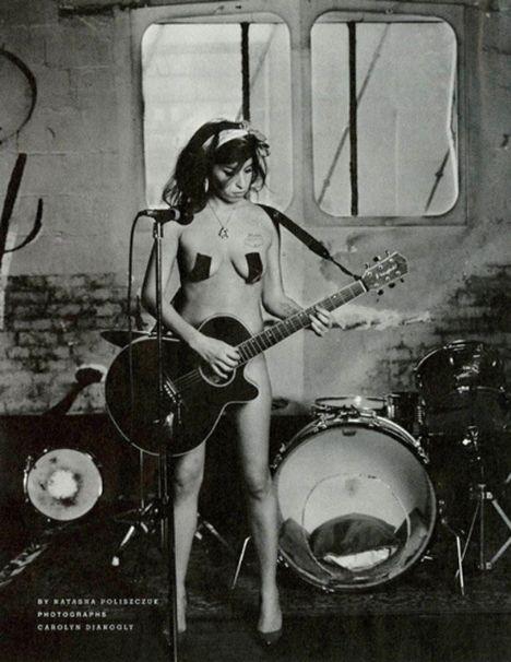 Amy Winehouse çırılçıplak ve göğüslerine sadece siyah bant çekilmiş...